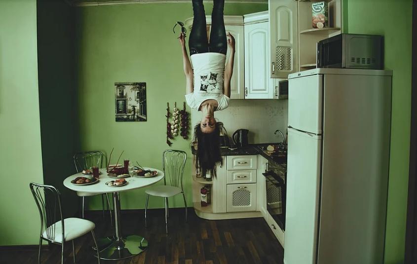 Que sont les réfrigérateurs ? C'est là que la blonde choisit le frigo.